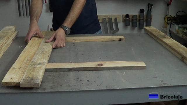 colocando las maderas de palets para sujetarlas