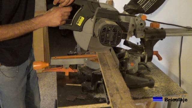 cortando la madera de palets para hacer el organizador de pared