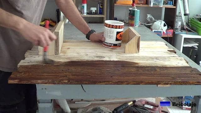 aplicando el tinte a la madera del organizador de pared