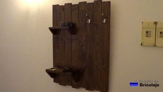 cómo hacer un organizador de pared con palets