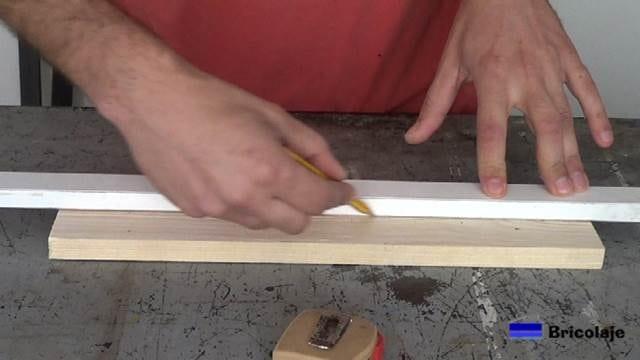 trazando la mitad en la madera del organizador