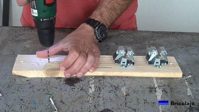 haciendo camino a las alcayatas con una broca de madera de menor diámetro