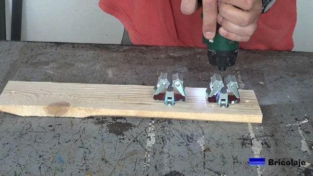 sujetando los soporte de cepillos a la base de madera