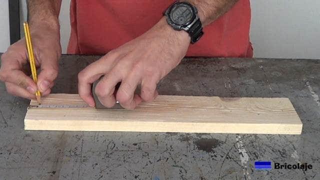 marcando el lugar donde perforar para sujetar el organizador a la pared