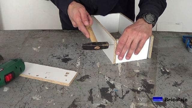 uniendo las maderas mediante tachas o tornillos