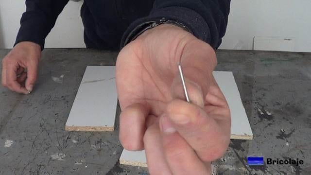 sujetaremos las distintas piezas que formarán el organizador con tachas o clavos