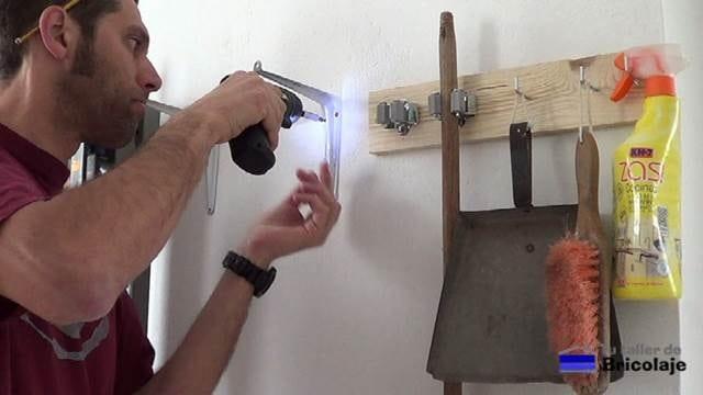 atornillando las palomillas a la pared