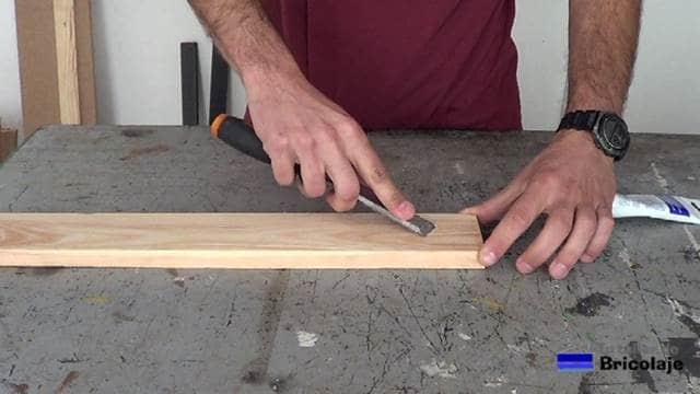 tapando con masilla los agujeros en la madera de palets