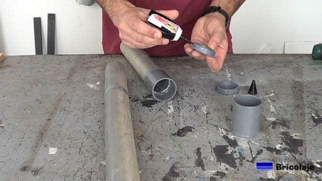 pegando las anillas y tapones al tubo de pvc