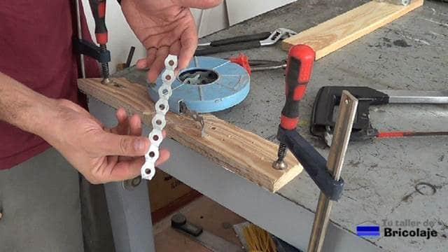 trozo de cinta metálica perforada para preparar nuestro organizador de perfiles de aluminio y/o hierro