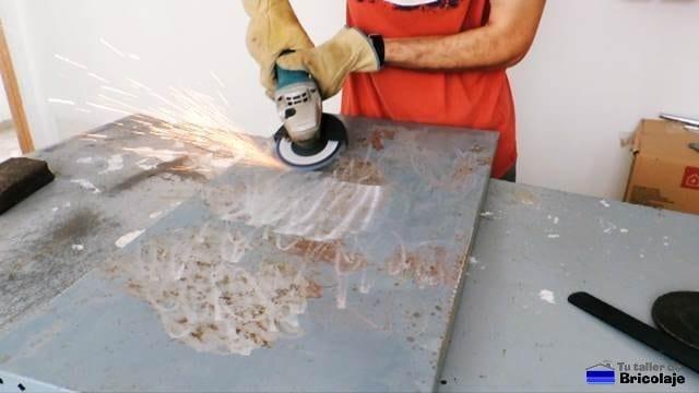 eliminando el óxido del metal con la radial o amoladora