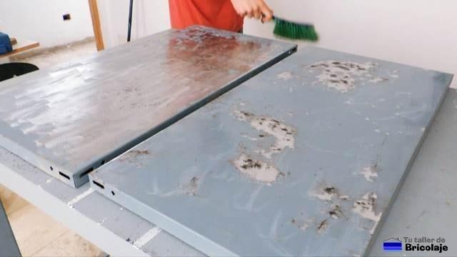 limpiando los restos de óxido después de lijar