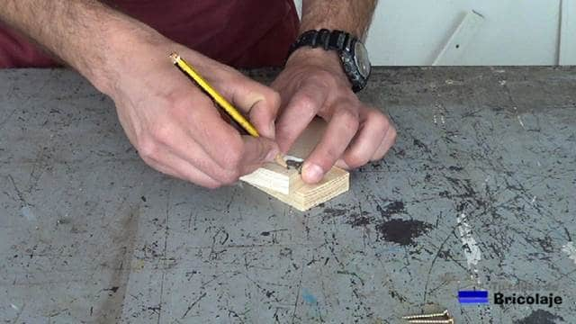marcando el lugar donde sujetar las madera para realizar la plantilla con un ángulo de 90