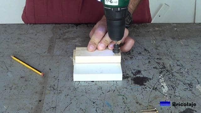 avellanando el agujero donde colocar los tornillos