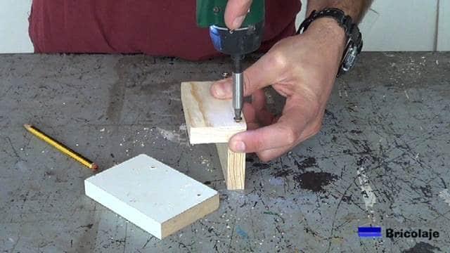 insertando los tornillos para realizar la unión de la plantilla
