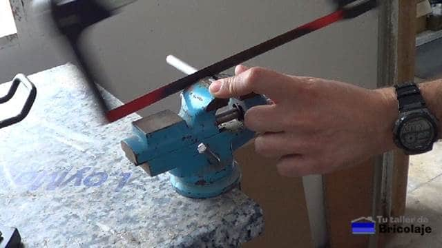 cortando con sierra los casquillos al grosor de la madera que formará la plantilla