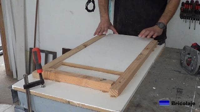 colocando una nueva madera en la plantilla para hacer otro dibujo