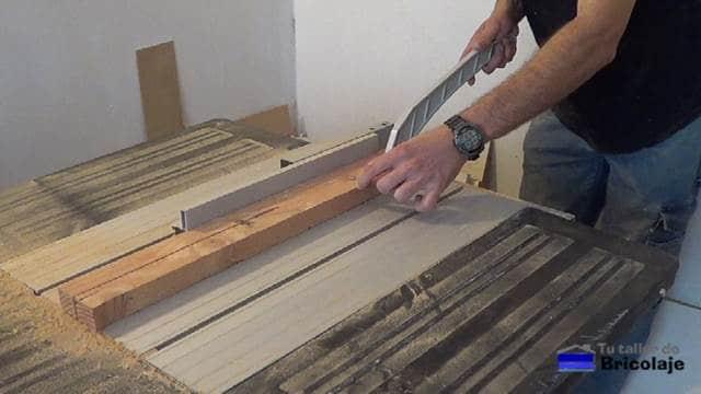 ranurando los listones de madera para hacer la plantilla