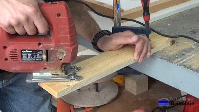cortando con la caladora la plantilla de arco de medio punto