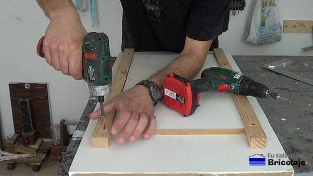 atornillando los listones laterales de la plantilla