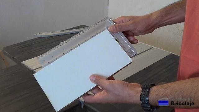 cortando trozo de madera para hacer la plantilla