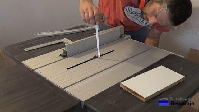 midiendo la altura del disco para realizar la plantilla para colocar los fondo de los cajones