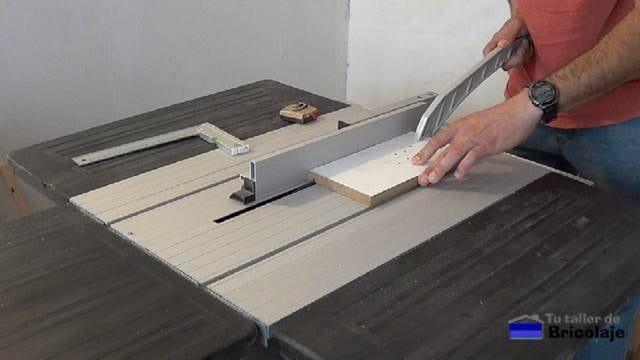 pasando la madera por la mesa de corte para hacer la plantilla para el fondo de los cajones