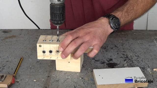 perforando con la plantilla, la otra madera a unir