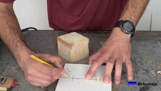 trasladando la marca para hacer coincidir los agujeros en ambas maderas