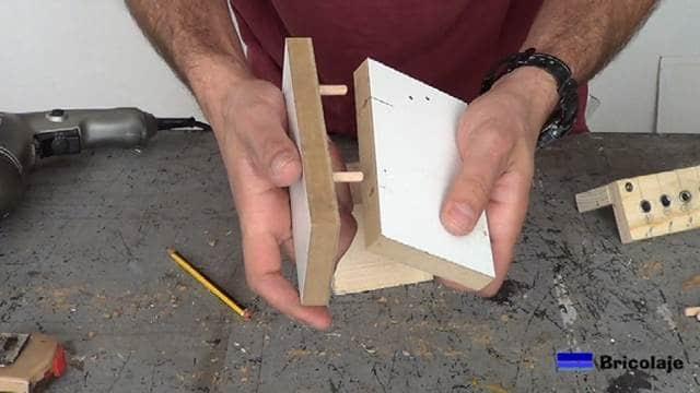 insertando una madera en la otra mediante tarugos, espigas o tubillones y todo gracias a la plantilla