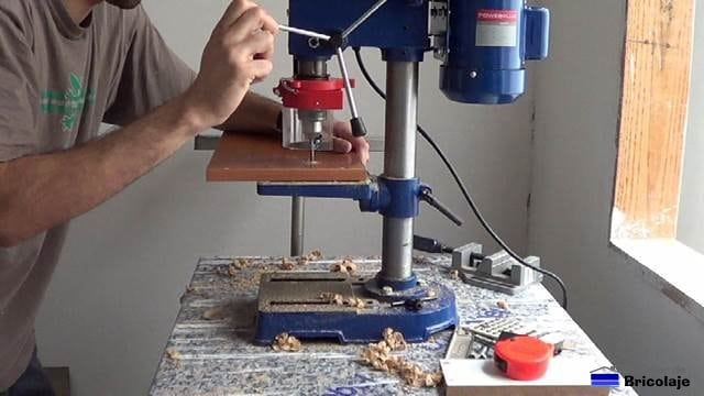 taladrando la madera para colocar el tope