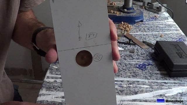 distancia entre el borde de la madera y el tope para obtener los 4 mm para bisagra de 25