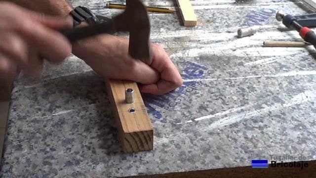 colocando el casquillo en la madera para tarugos o espigas de 8