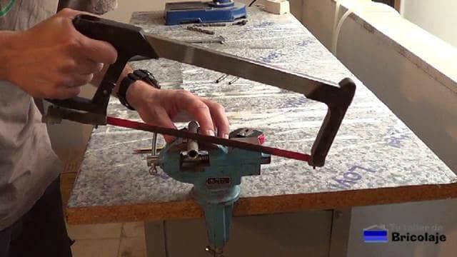 cortando con la sierra el manguito de empalme o unión