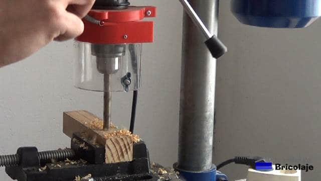 perforando la madera con el taladro de banco o columna