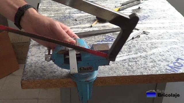 cortando un trozo de 55 mm de la pletina de aluminio