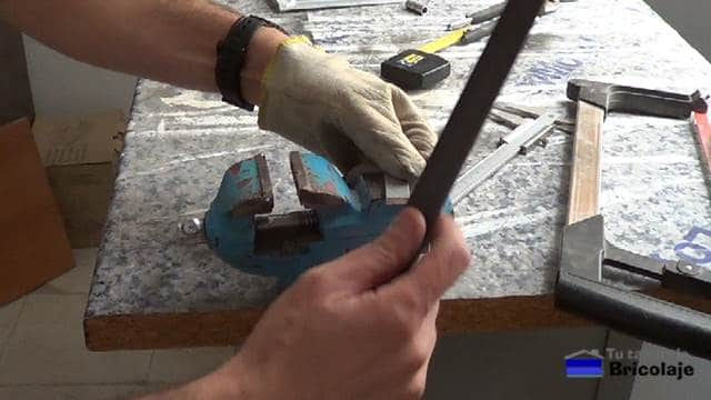 eliminando las rebabas generadas por el corte con la lima