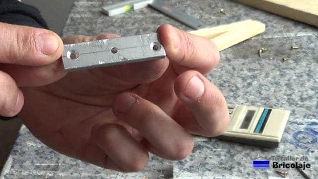pletina de aluminio de 55 mm de largo preparado para colocarlo en la base de la guía para unir madera mediante tarugos o espigas