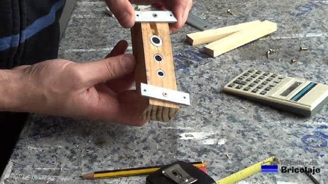 pletinas colocadas en la base de la guía para unir madera
