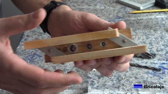 comprobando el funcionamiento de la guía para unir madera mediante espigas o tarugos