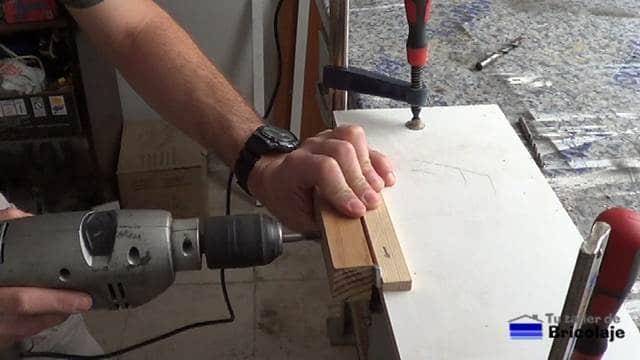 perforando un agujero de 10 mm usando la guía para colocar tarugos o espigas