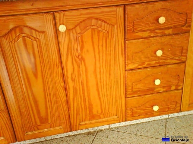 Sustituir los pomos o tiradores - Cambiar puertas muebles cocina ...