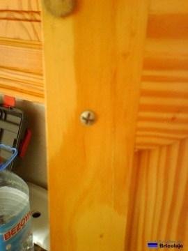 tornillo interior que sujeta el pomo o tirador