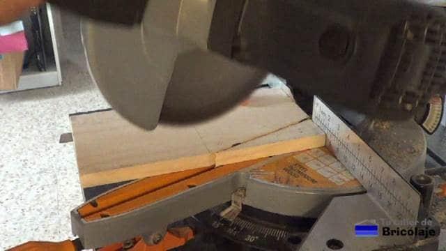 cortando en ángulo el lateral de porta cervezas