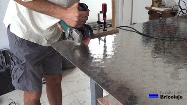 cortando la chapa de aluminio para el porta cervezas