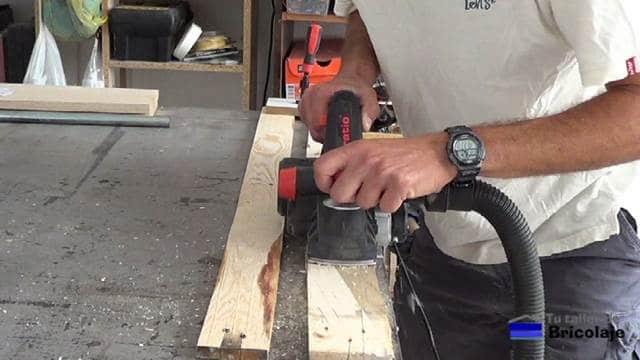 cepillando la madera de palets