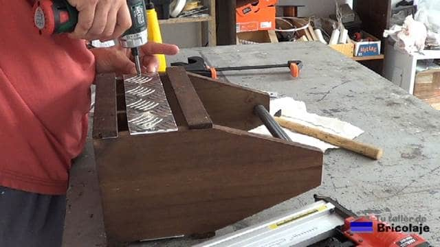 colocando la chapa de aluminio antideslizante en el lateral del porta cervezas casero