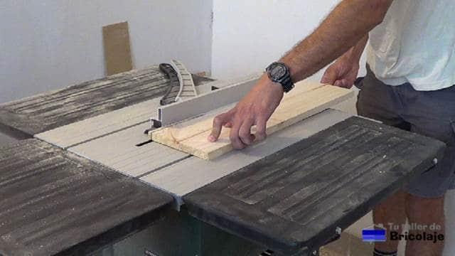 cortando la madera de palets para hacer el porta cervezas de madera y metal