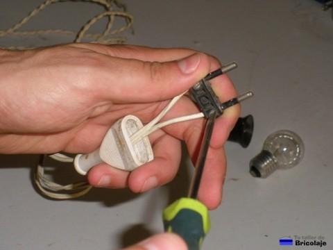 atornillando el cable a la punta macho