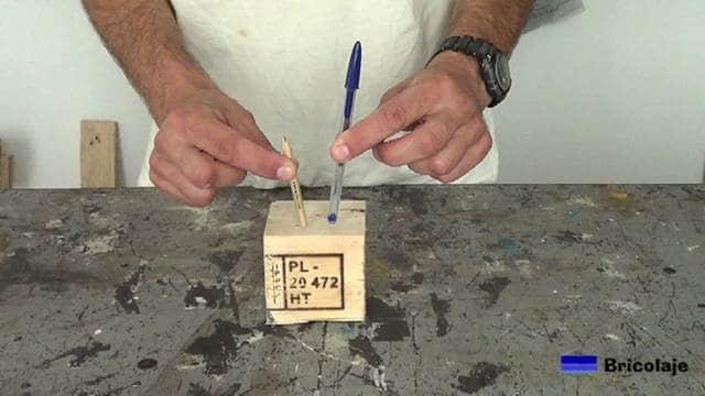 la idea es realizar unos agujeros en el taco de madera para poder insertar los bolígrafos o lápices